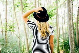 Gut aussehende Blondine blickt in die Natur.