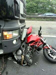Unfall bei Beobachtung mit Motorrad, das überrollt wird.